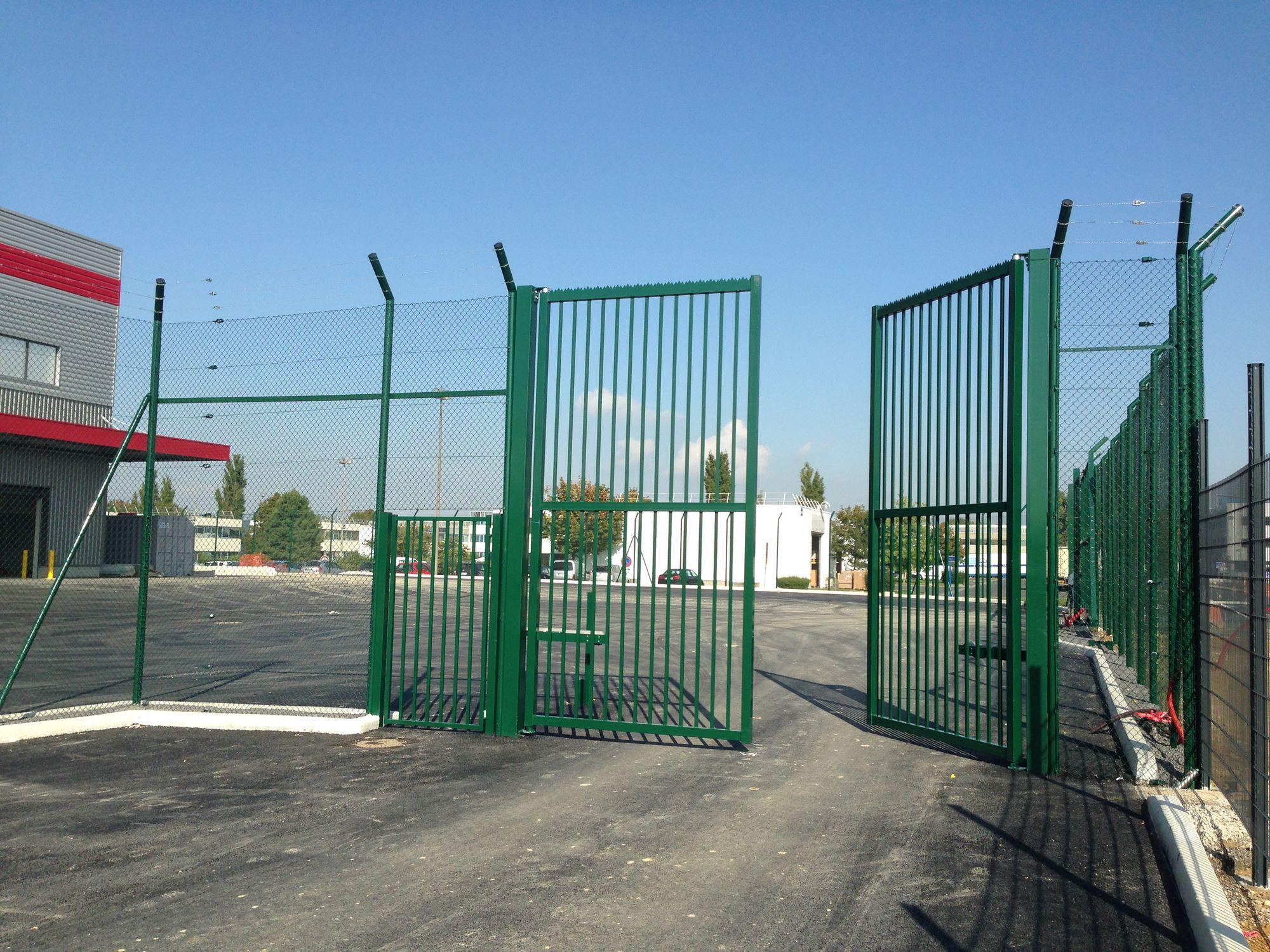 Swing gate / metal / wire mesh / industrial - PIVOTANT FR-14 ...