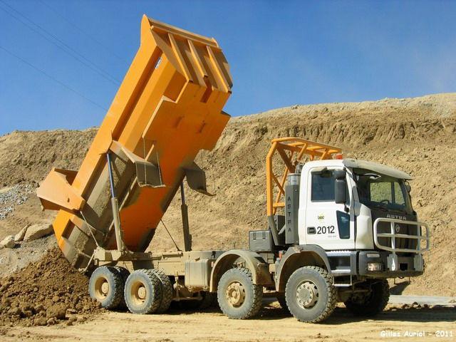 Rear Unloading Dump Truck Rubber Tired Diesel For Construction