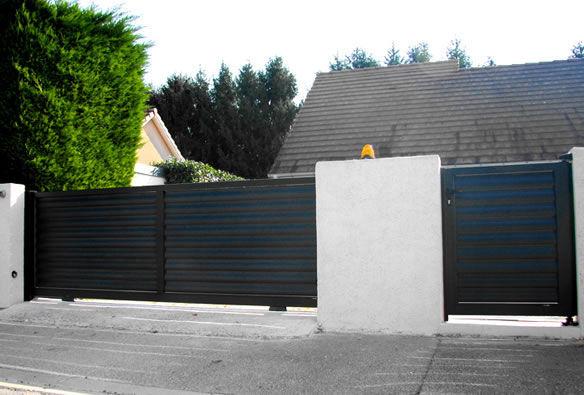 Sliding gates / aluminum / louvered / bar - CONTEMPORAIN : AUKENA ...