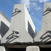 Concrete guardrail / street / Jersey