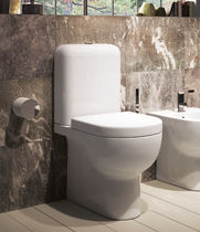 Free-standing WC / monobloc / ceramic / with flush button