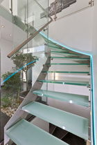 Quarter-turn staircase / glass steps / stainless steel frame / without risers