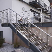 Quarter-turn staircase / metal frame / without risers / contemporary