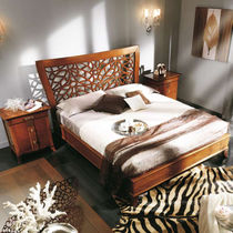 Double bed / traditional / wooden / with headboard