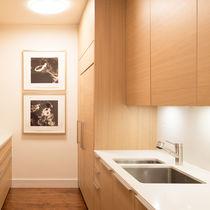 Contemporary kitchen / oak