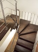 Half-turn staircase / wooden steps / without risers / contemporary
