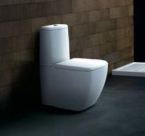 Free-standing WC / monobloc / ceramic / with flush button