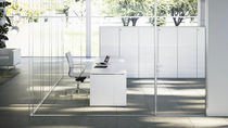 Floor-mounted office divider / aluminum / glass