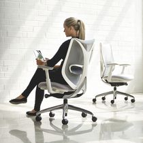 Contemporary office armchair / mesh / on casters / with armrests