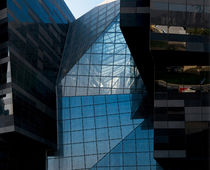 Glass curtain wall panel / building