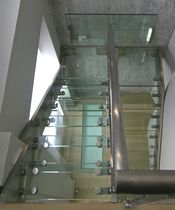 Half-turn staircase / glass steps / stainless steel frame / without risers