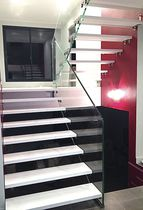 Half-turn staircase / wooden steps / glass frame / without risers