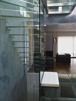 Quarter-turn staircase / glass steps / wooden frame / without risers