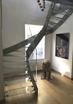 Half-turn staircase / glass steps / steel frame / without risers