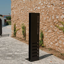Self-supporting display totem / for public spaces
