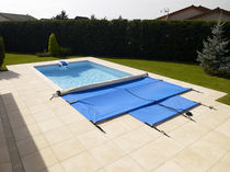 Thermal swimming pool cover / with rods