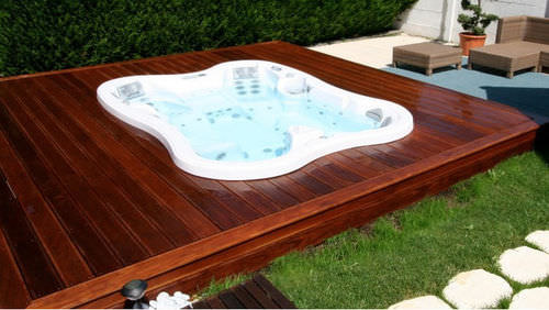 built-in hot tub / square / 7-person
