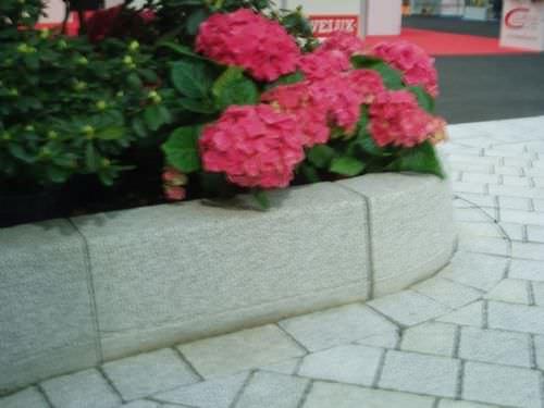 garden edge / sidewalk / concrete / curved