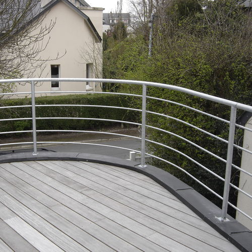 metal railing / cable / wire mesh / outdoor