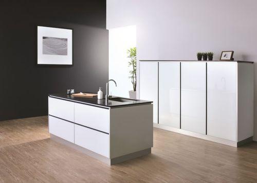 contemporary kitchen / glass / quartz / aluminum