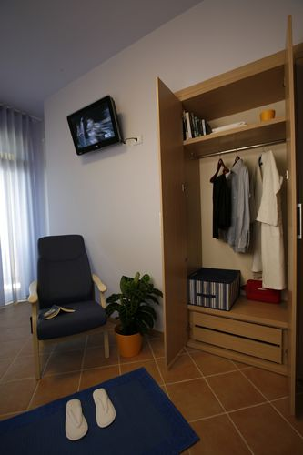 Contemporary wardrobe / wooden / with swing doors / for hotels HOTEL ROOM/WARDROBE TWO DOORS/ZEUS 38MM/PR202 MOBILSPAZIO S.r.l