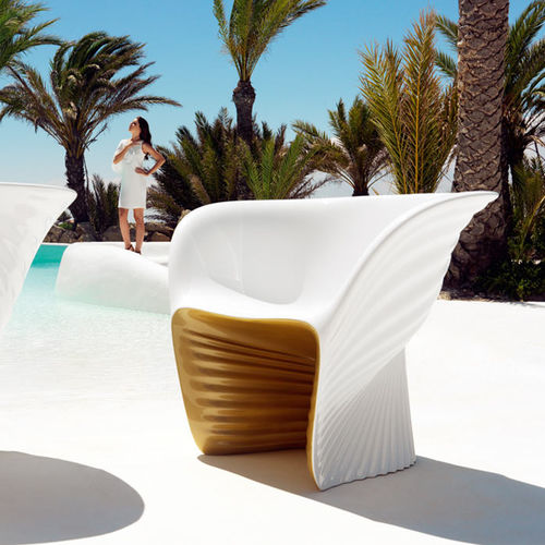 organic design armchair / rotomolded polyethylene / by Ross Lovegrove / garden