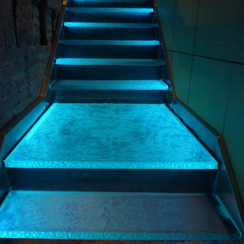 Glass step / integrated LED DAI-KITCHI RESTAURANT STAIRS ThinkGlass