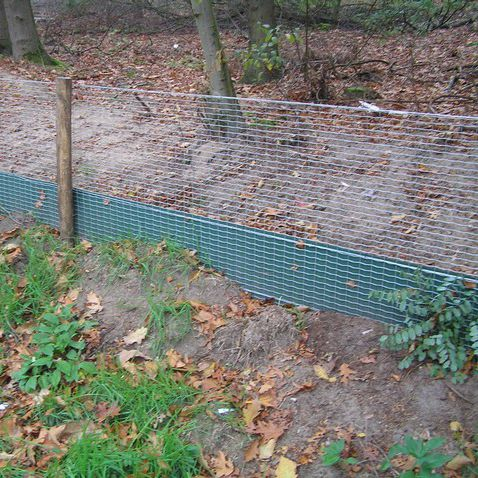 public space fence / wire mesh / recycled plastic