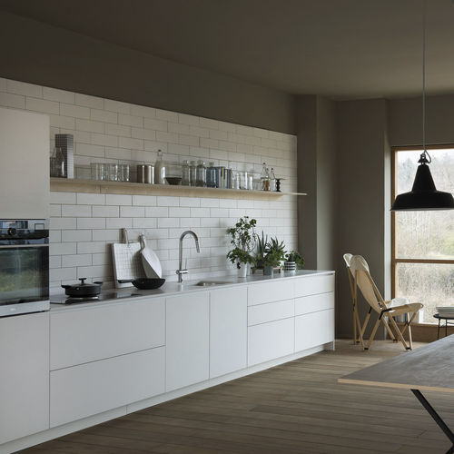 contemporary kitchen / lacquered wood / matte / handleless