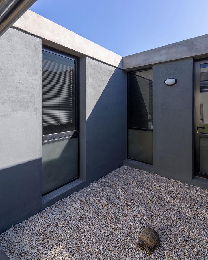 Gael Atelier estudio moire encloses atelier gael in light-filled concrete shell