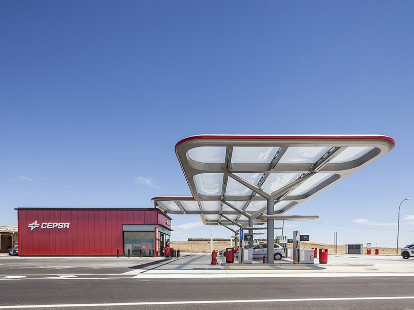 the forecourt canopy has a high-tech ETFE material that is self-cleaning & M+P arquitectos saffron consultants + tangerine redefine CEPSA ...