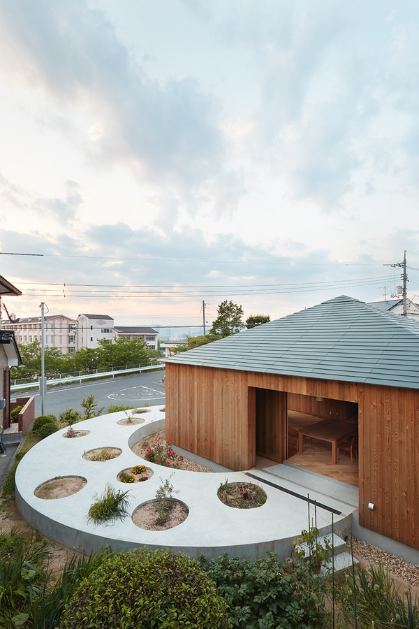 fujiwaramuro architects designs a house in hiroshima with a circular planted pathway & fujiwaramuro architects designs a house in hiroshima with a circular ...