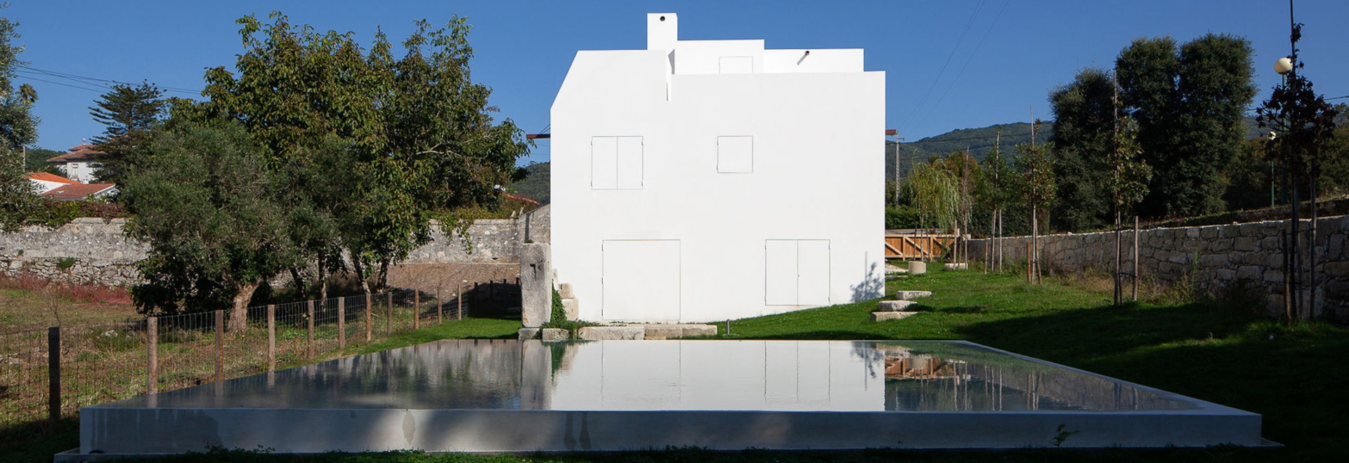 "Guilherme Machado Vaz designs geometric white house as ""abstract sculpture"""