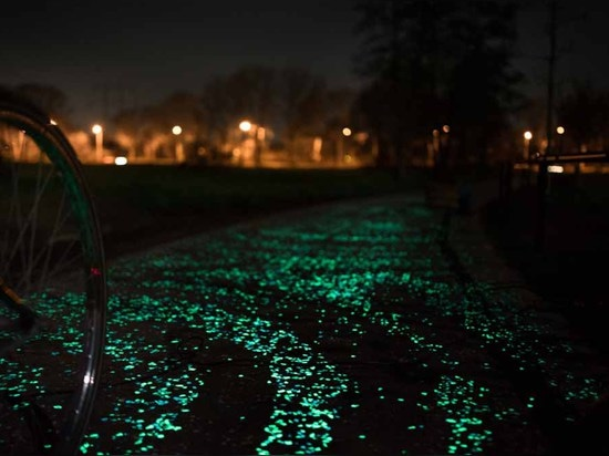 STUDIO ROOSEGAARDE CREATES GLOWING SOLAR-POWERED BIKE PATH