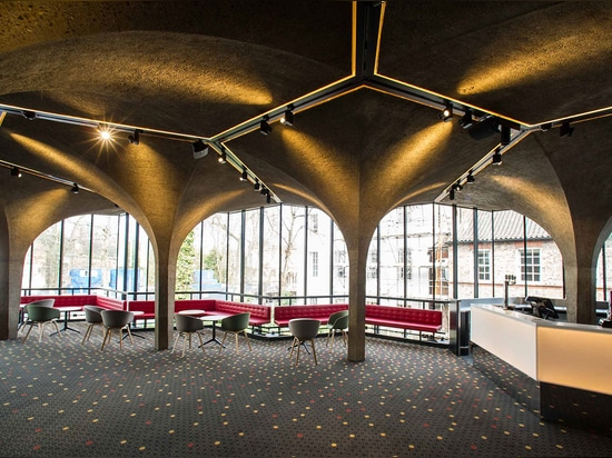 The theatre includes a 1967 concrete addition by Patrick Gwynne, commissioned after the success of his Serpentine Café. Photography: Sirastudio