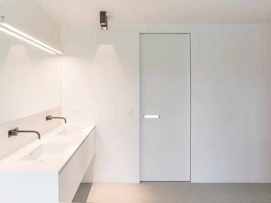 Interior door with built-in handle and invisible door frame
