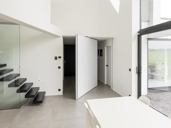 Pivot door with 360° pivoting hinge and 2 vertical handles