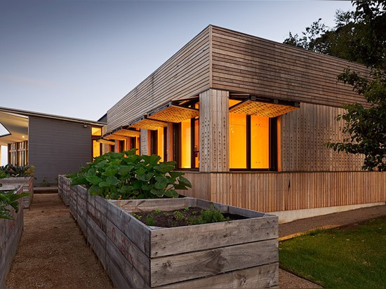 Mihaly Slocombe extends vineyard home in Australia with wooden nursery