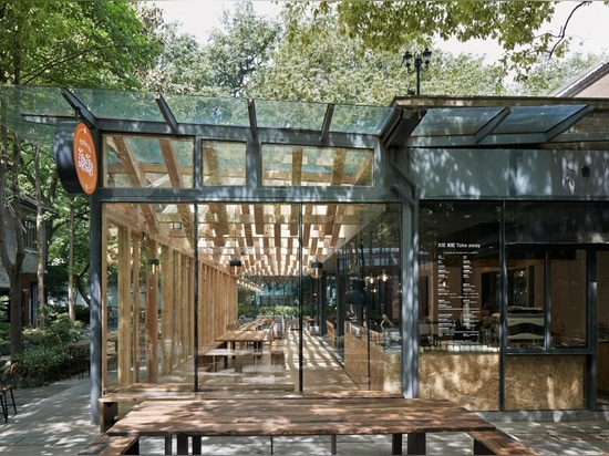 Kooo Architects adds wooden lattice ceiling to cafe in China