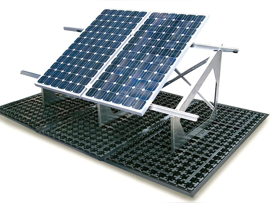 Extensive ballast distribution achieved with the ZinCo Solar Base SB with Solar Base Frame for installing the solar modules.