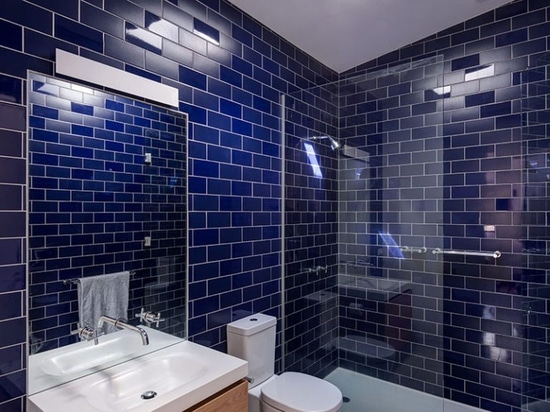 Bathroom Design Idea – Mix and Match Glossy And Matte Tiles
