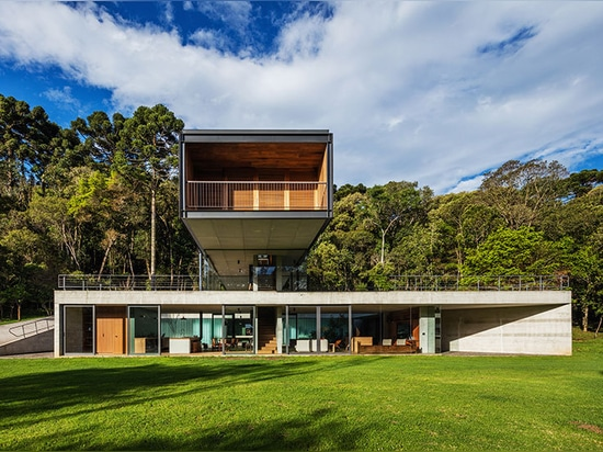 rural brazilian house by una arquitetos is a composition of interlocking volumes