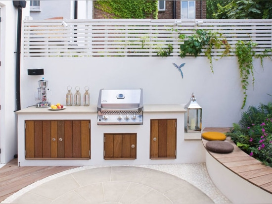Backyard Landscaping Ideas – This small patio space is ready for a party with its built-in BBQ and plenty of seating