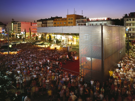 Stainless steel spiral meshes clad mobile event stages at the Spielbudenplatz in Hamburg