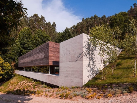 Located on a steep slope in the Caniçada Valley in Portugal, Gerês House is designed by Carvalho Araújo. Photography: NUDO