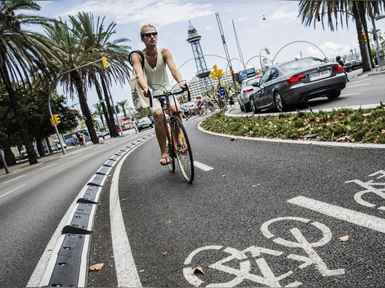 MOMPE rubber cycle lane separator installed in Barcelona