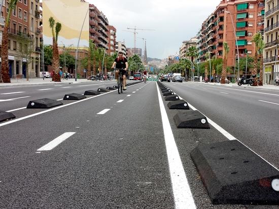 Rubber cycle lane defenders Barcelona