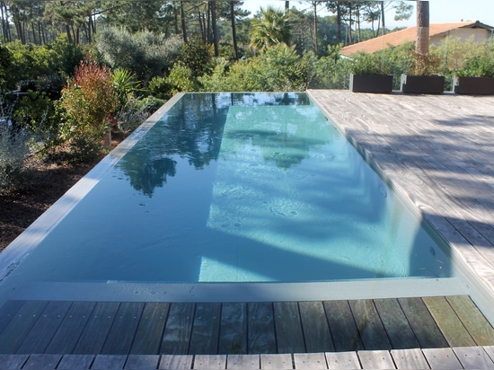 Swimming pool equiped by an automatic cover