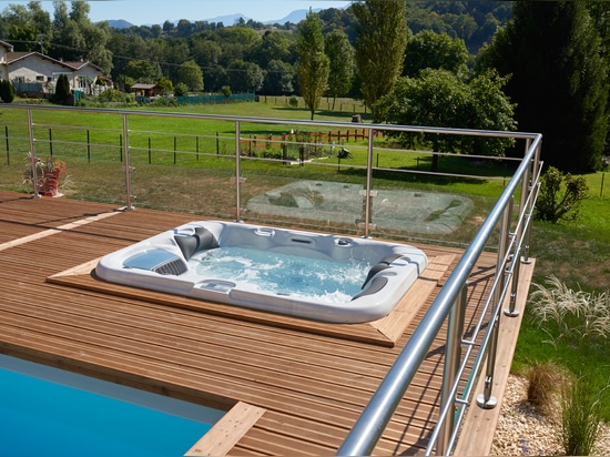 Spa integrated in the deck