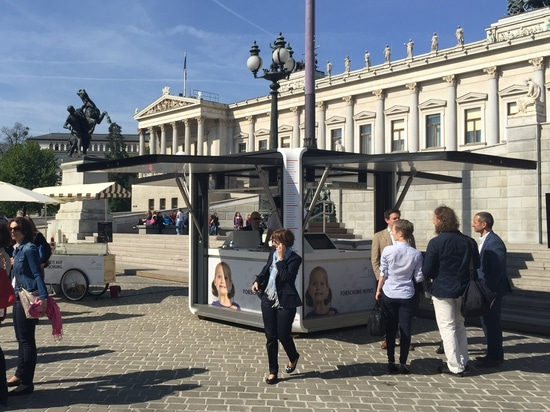 CUBOX infront of the parliament in Vienna